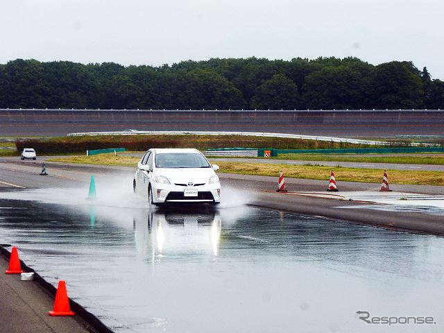 ブリヂストンプルービンググラウンド(栃木県那須塩原市)で2015年6月2日に行なわれたウェット路面フルブレーキ比較テスト。ウェットグリップ性能「A」(白色車)と「C」(銀色車)で制動距離を比較した《撮影 大野雅人(Gazin Airlines)》
