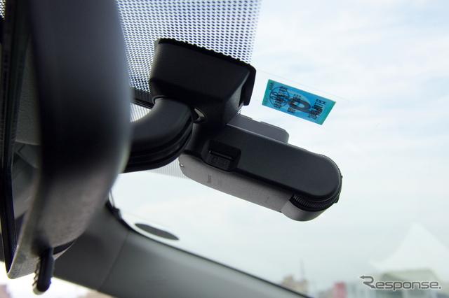 「美優Navi」(RX/RSシリーズ)に対応するドライブレコーダー「CA-DR01D」非常にコンパクトな筐体に仕上がっている。バックミラーの裏に取り付けるとほぼ完全に視界から消えるので、ドラレコの存在を意識することがない。