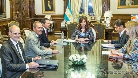 アルゼンチン大統領と会談するフォードモーター首脳