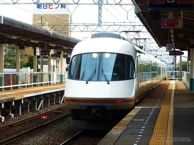 鈴鹿サーキットの最寄り駅のひとつ、白子駅(近鉄)。名古屋行き特急列車が滑り込む《撮影 大野雅人(Gazin Airlines)》