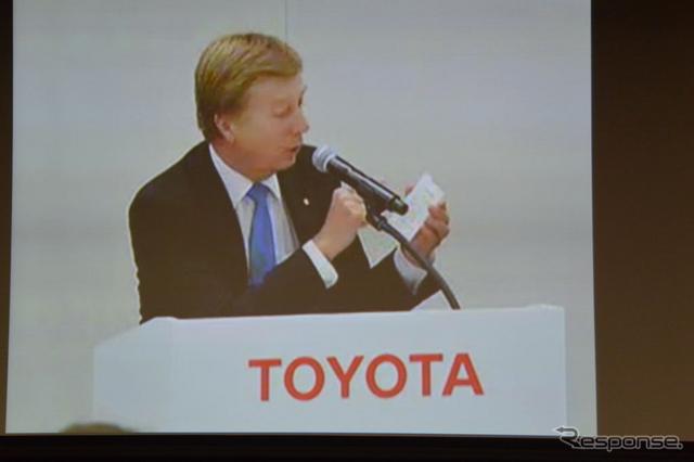 東京会場に中継されたトヨタ自動車ディディエ・ルロワ副社長の懇談会映像《撮影 小松哲也》