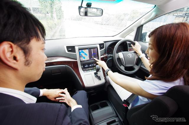 吉田由美さんがドライブしながらその快適性を実感。助手席は開発スタッフの木下巧太郎さん。《山田 正昭》