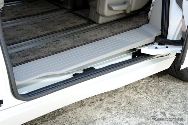 スライドドアのステップは地上38.5cmとごく低く、小型犬でも乗り降り可能《撮影 雪岡 直樹》