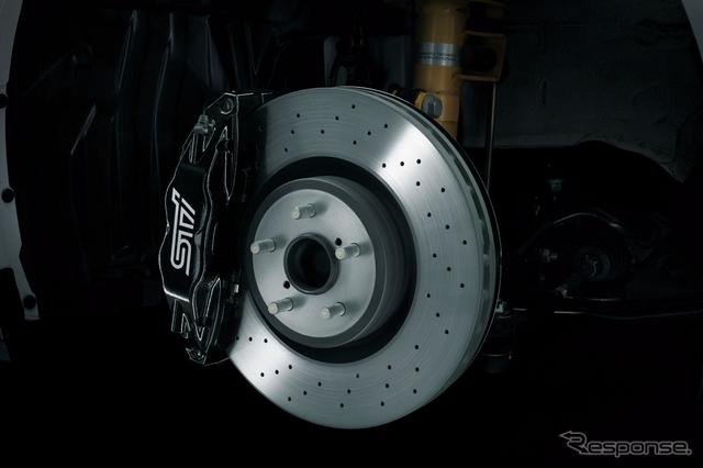 STI製brembo 17インチ対向4ポットフロントベンチレーテッドディスクブレーキ(ドリルドディスク、STIロゴ入り)《撮影 橋本隆志》
