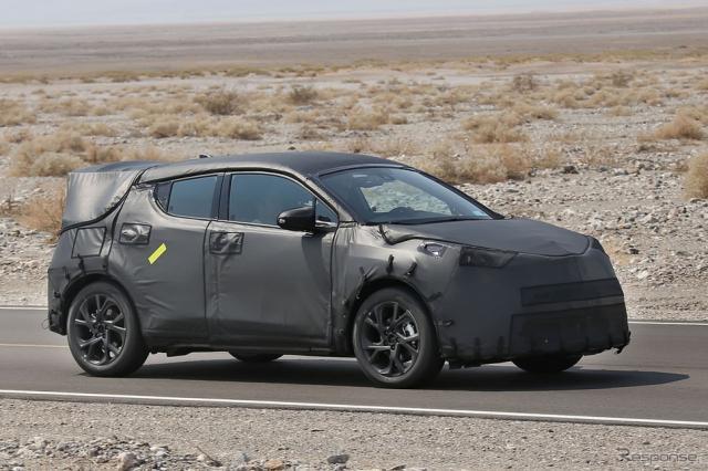 プリウスSUVともいえるトヨタ C-HRコンセプトの市販テスト車両《APOLLO NEWS SERVICE》