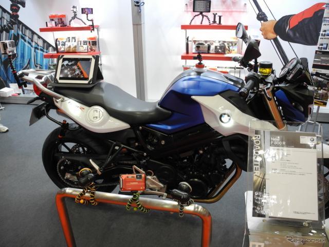 ハクバ写真産業のブースに展示されたBMWのオートバイ《撮影 山田清志》
