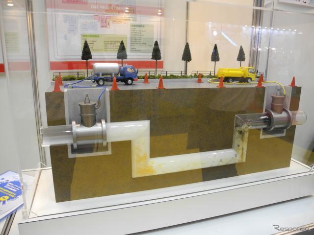 東亜グラウト工業が紹介した「アイスピグ管内洗浄工法」《撮影 山田清志》