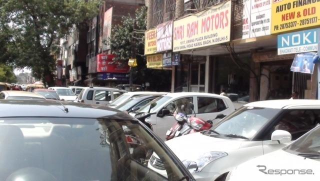 インドの中古車街《撮影 川崎大輔》