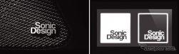 ソニックデザイン純正ロゴバッジ(右)とソニックデザイン特製ロゴステッカー