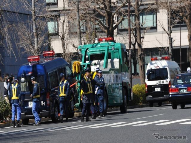 機動隊のワンボックス車と貨物トラックが官邸前で右直事故(9日・千代田区永田町1)《撮影 中島みなみ》