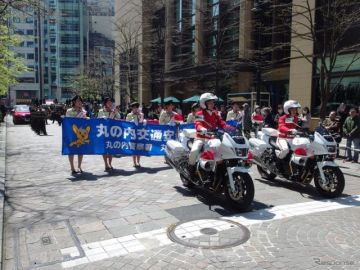 東京丸の内仲通りで交通安全パレード…アテンザ オープンが走行
