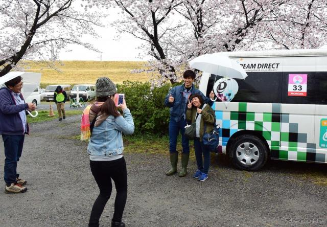 世界ランキング2位の藤田雄大選手と記念撮影する観客。