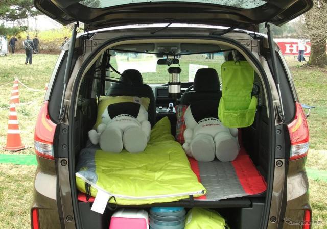 ホンダ『フリードプラス』の展示車両内ではASIMOのぬいぐるみが車中泊をしていた。