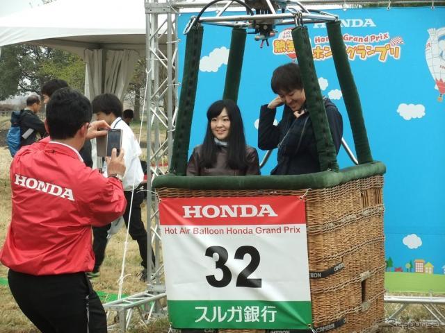 熱気球バスケットの中で記念撮影をする人も。