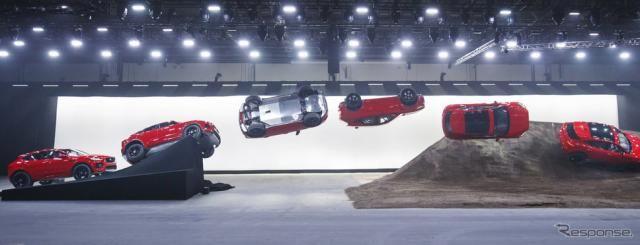 ジャガー E-PACE ギネス記録…バレルロールで15mのジャンプに成功!!