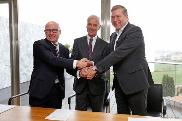 2017年3月、戦略的提携に向けた覚書を締結したフォルクスワーゲングループとタタの首脳