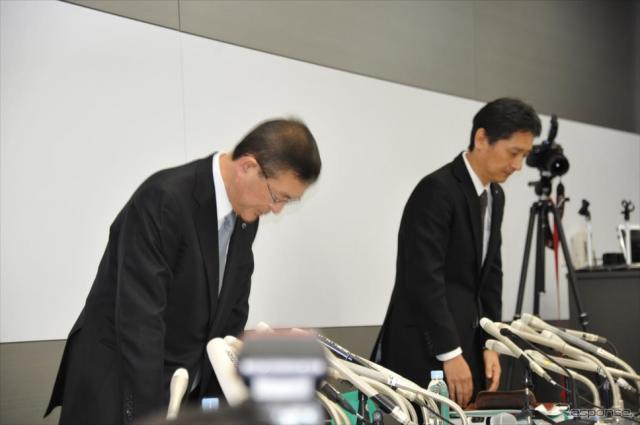スバルの不適切な完成検査ついて謝罪する吉永泰之社長(手前)と大崎篤品質本部長《撮影 中島みなみ》