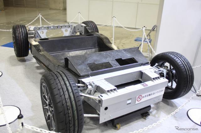 ロータス・エリーゼのアルミツインチューブシャーシから、CFRTPによるバスタブシャーシに作り替えられた試作品。