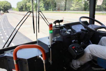 日野、スイッチで緊急停止できるドライバー異常時対応システムを開発…大型車での操舵支援により隊列走行も披露