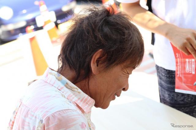 その色紙を描く池沢氏の横顔には、一人一人ファンのことを思うかのやさしさがあふれていた。《撮影 中込健太郎》