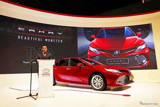 新型カムリを発表するUMWトヨタ自動車のRavindran K.社長