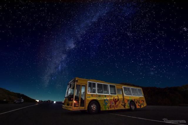 夜のサーキットを走行するバスツアー