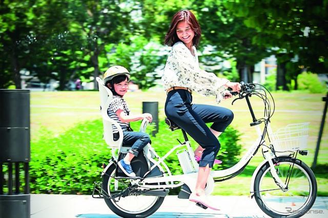 ルイガノ初の3人乗りに対応した電動アシスト自転車「アセントデラックス」。前後子供乗せはオプション。