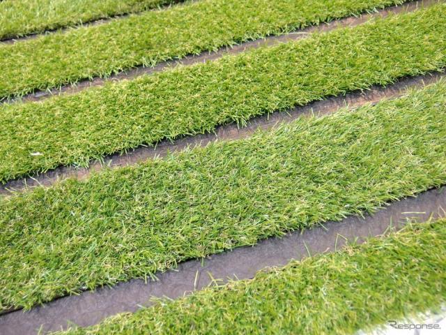 昭和造園土木のタフグリーンは、芝生に必要な土の厚さ15cmを確保した駐車場の芝生保護材(芝生駐車場)だ。写真の芝はさんぷるの人工芝。《撮影 高木啓》