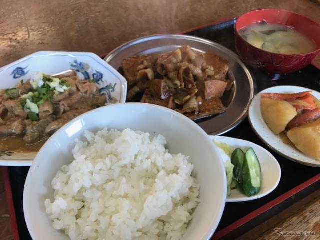 選ぶのがむつかしい肉豆腐ともつ煮。セットの定食という手があった。人気メニューだという。《撮影 中込健太郎》