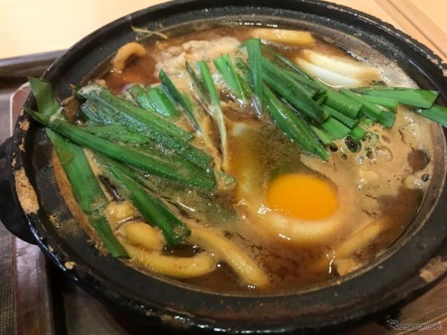 三重県四日市市のEXPASA御在所だが、味噌煮込みうどんはじめ名古屋メシも充実だ。《撮影 中込健太郎》