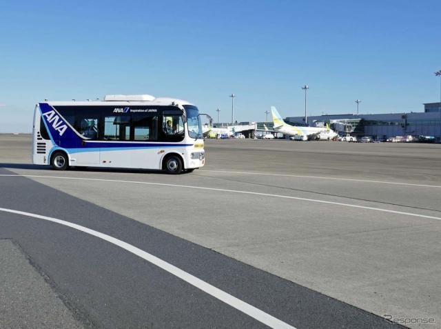 ANAなど6社による空港制限区域内でレベル3自動運転の実証実験中の小型バス