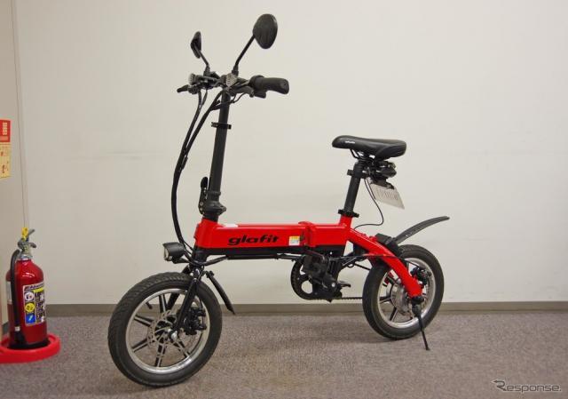 グラフィットが現在販売しているペダル付き電動バイク「GFR-01」。原付なのでナンバー、ヘルメット着用、運転免許が必要《撮影 宮崎壮人》