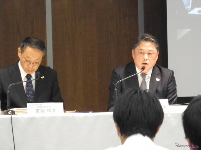パナソニックの決算会見の様子。左が梅田博和取締役常務執行役員兼CFO《撮影 山田清志》