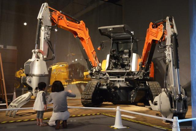 日立建機の『四脚クローラ方式双腕型コンセプトマシン』《撮影 古庄速人》