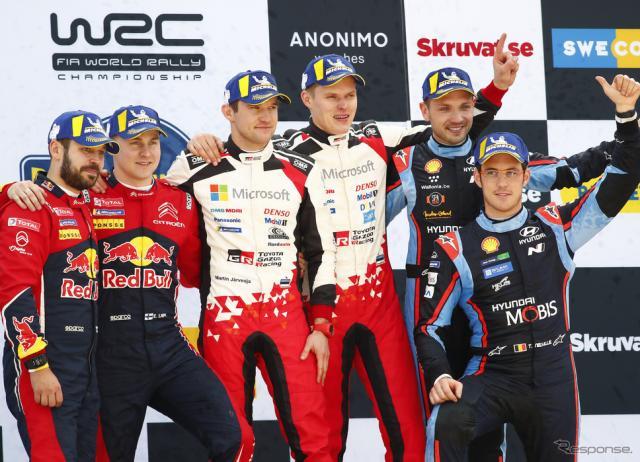 表彰式、中央右が優勝者タナク(同左は彼のコ・ドライバー、M.ヤルヴェオヤ)。《写真提供 TOYOTA》
