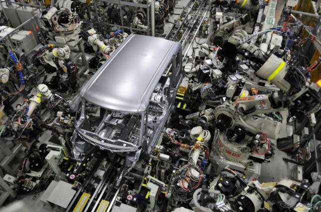 滋賀工場 第2工場 ボディラインの溶接工程。ロボットによって完全自動化されている。《撮影 丹羽圭@DAYS》