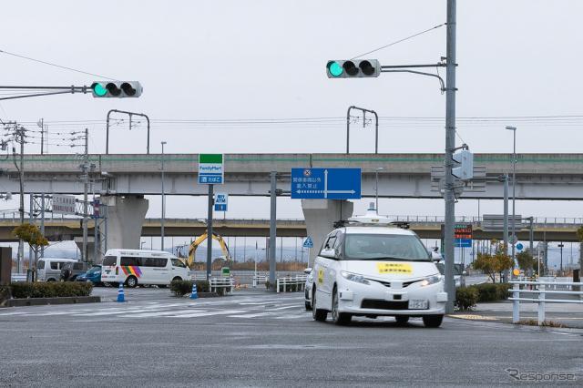 DeNAなどによる、携帯電話網を使って自動運転車両に信号情報を送信する実証実験