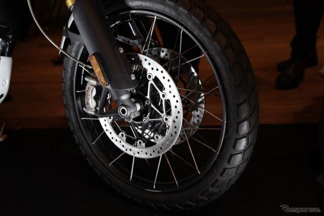 フロントには21インチホイールを採用。より高いオフロード走破性を目指し、オフロードタイヤのピレリ製スコーピオンラリーをメーカー承認タイヤとした《撮影 河野正士》