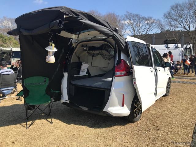 イベントでの電源には燃料電池車FCXクラリティが活用されたほか、最新モデルの車中泊仕様も展示された。《撮影 中込健太郎》