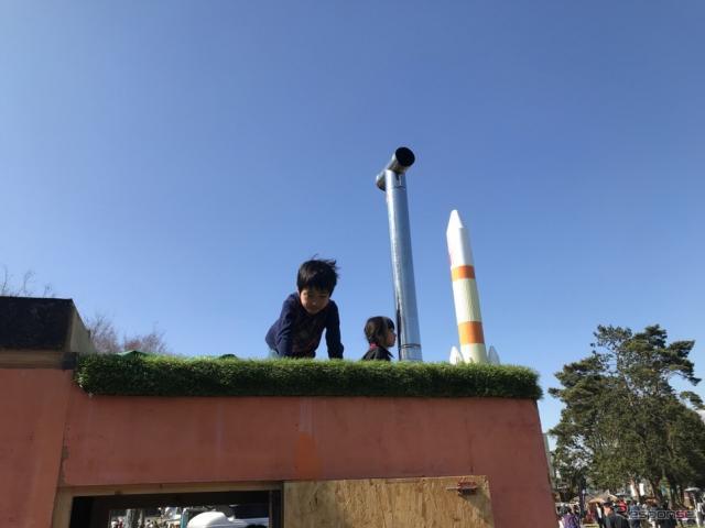 子供たちが昇っている屋根の部分は大の字になって休むことができるようになっているのだそうだ。《撮影 中込健太郎》