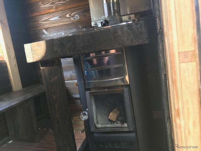 直輸入したという薪をくべるタイプのサウナ。《撮影 中込健太郎》