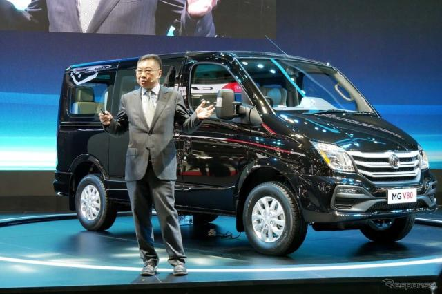 新型「V80」を発表するSAICモーターのXu Qiuhua氏