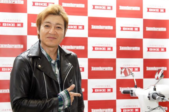 つるの剛士へのランブレッタV200 Special贈呈式(3月22日、東京モーターサイクルショー2019)《撮影 佐藤隆博》