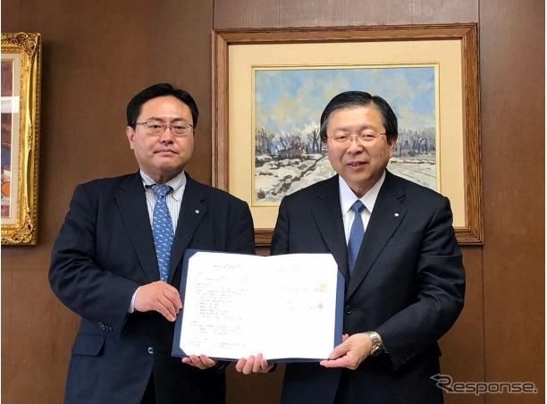 セイノーHDの丸田秀実取締役(右)と平野正明北海道知事室長