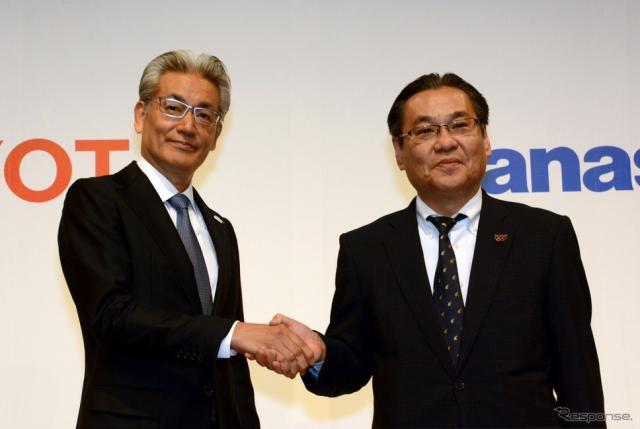 トヨタ自動車 白柳正義執行役員(左)とパナソニック 北野亮専務執行役員