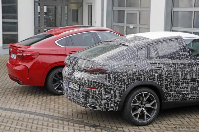 BMW X6 新型プロトタイプ(手前)と現行型X6Mのルーフ比較《APOLLO NEWS SERVICE》