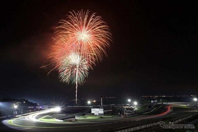 富士の夜空を彩る打ち上げ花火《写真 富士スピードウェイ》