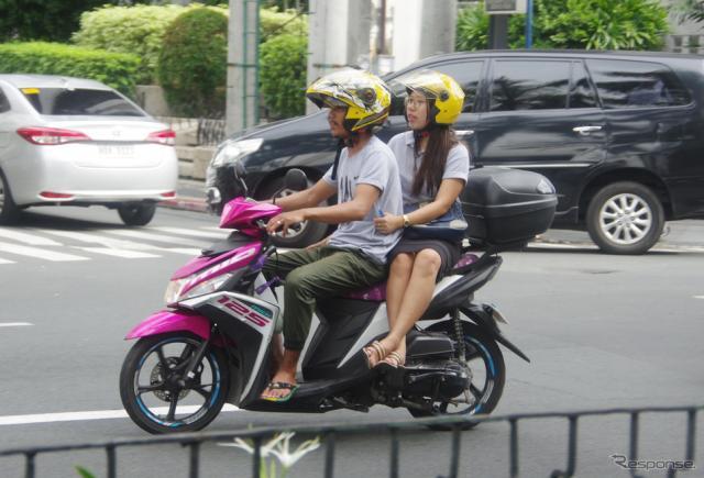 フィリピン・マニラ市内を走るヤマハ『MIO』。鮮やかなマゼンタカラーが人気だ《撮影 宮崎壮人》