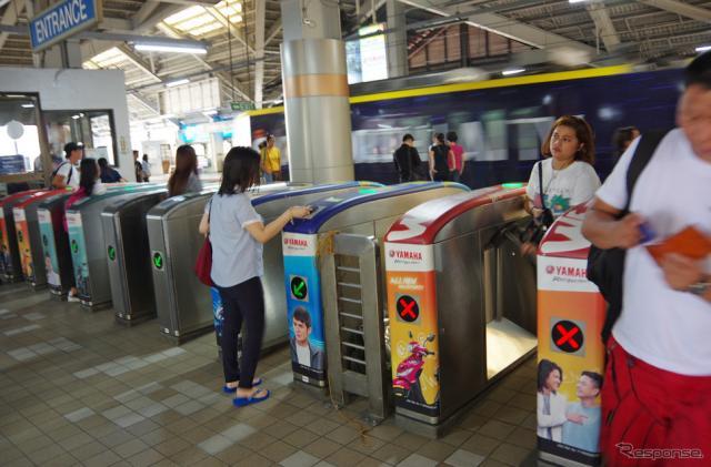 ヤマハモニュメント駅の改札。ICカードによる自動改札だ《撮影 宮崎壮人》