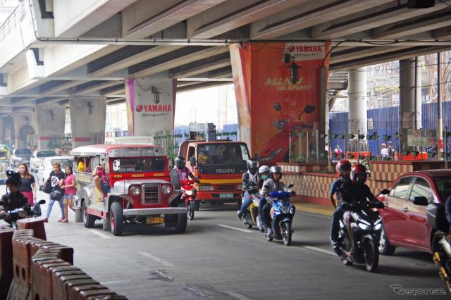 ヤマハモニュメント駅の目の前の道路。かなり交通量は多い《撮影 宮崎壮人》